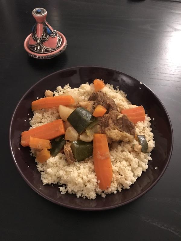 assiette remplie de couscous avec viandes et légumes