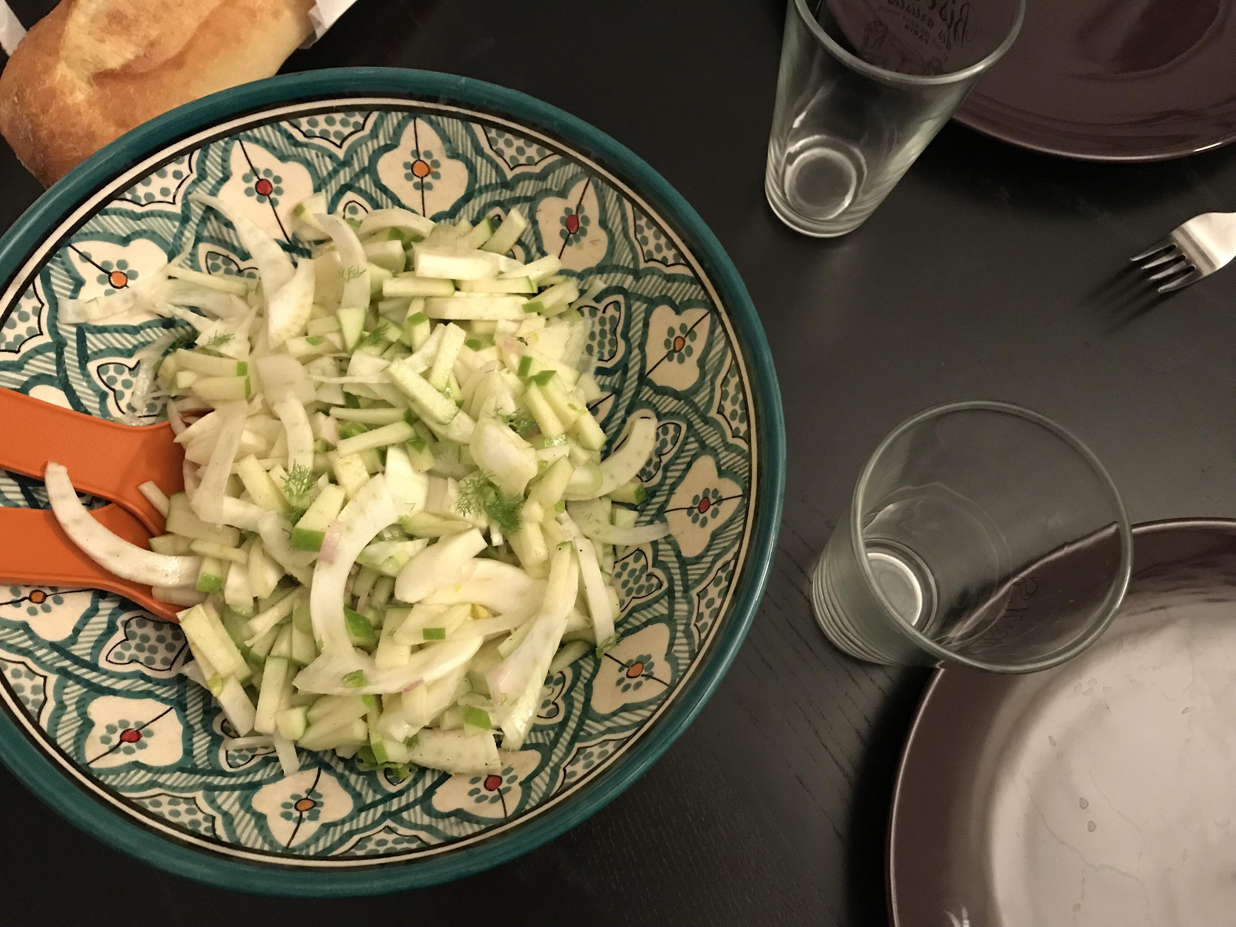 salade de fenouil cru avec des pommes et du cumin