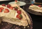 découpe de la pavlova fraise rhubarbe