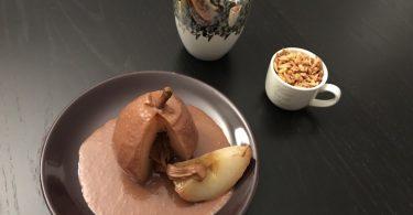recette de poire au sirop caramel avec sauce au chocolat coeur praliné et amandes grillées