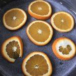 fond du moule recouvert de sucre et d'orange