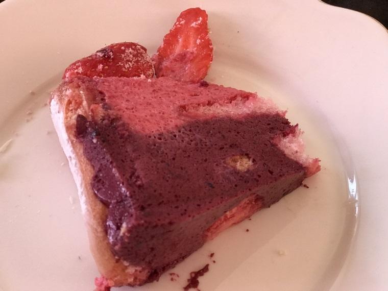 decoupe de la charlotte aux fruits rouges